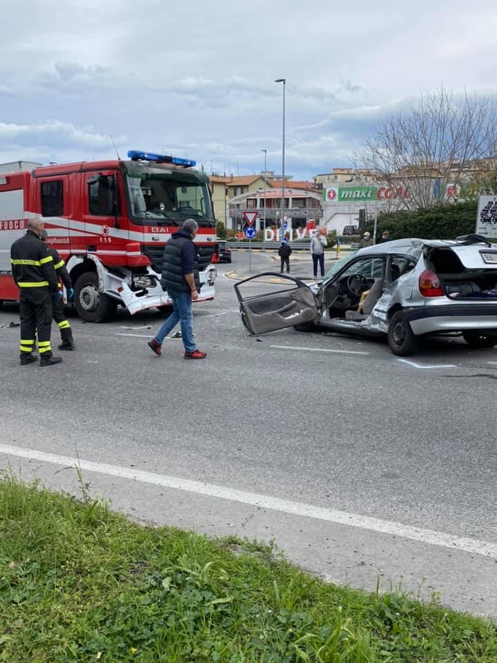 Dramma alla Rotatoria di Torrette: schianto tra un'utilitaria e una Camionetta dei Vigili del Fuoco: muore un anziano