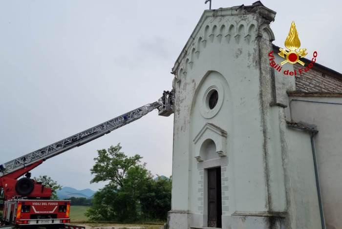 Un Fulmine cade sulla chiesa di Sassoferrato: intervengono i pompieri