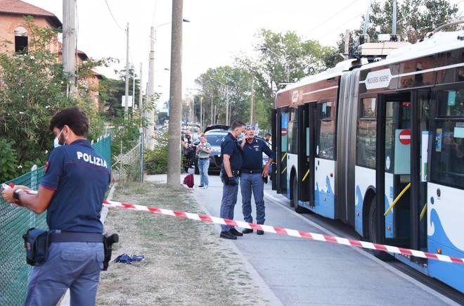 Terrore sul bus di Rimini: sta meglio la pesarese ferita. Verrà sentita dalla Polizia